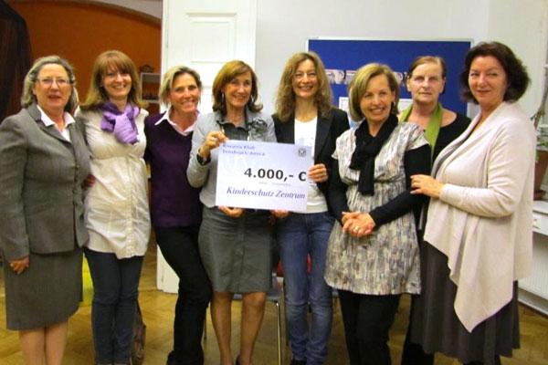 Kiwanis Amica Club überreicht dem Kinderschutz einen Scheck von €4000
