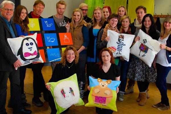 Gruppenfoto der HTL Bau und Kunst, des Kinderschutzes und Gerhard Reheis
