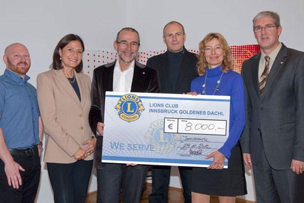 Scheckübergabe Lions Club Innsbruck Goldenes Dachl zugunsten Schulsozialarbeit Innsbruck