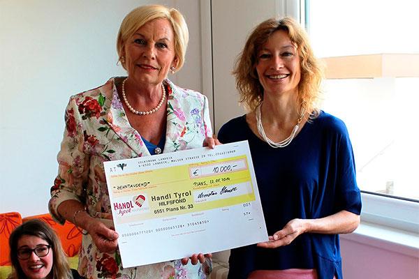 Christine Handl übergibt Karin Hüttemann den Scheck für die Patenschaft