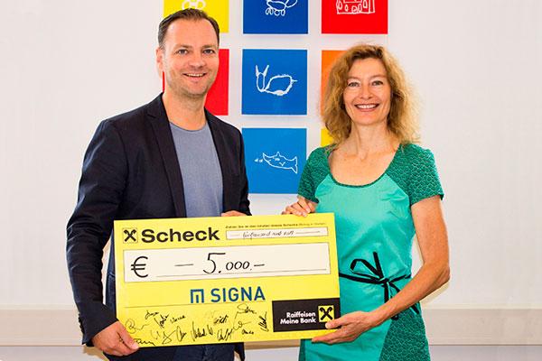 Markus Mitterrutzner überreichte Karin Hüttemann einen Spendenscheck der Mitarbeiterschaft in Höhe von € 5.000