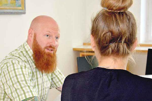 Philipp Bechter bei einer vertraulichen Besprechung mit einem/ einer SchülerIn