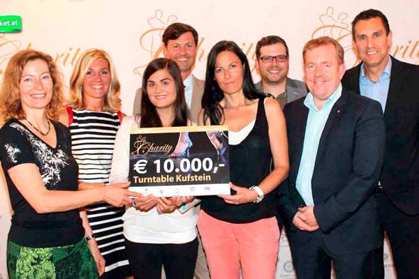 Charity Clubs überreichen einen Scheck über 10.000€ an den Kinderschutz