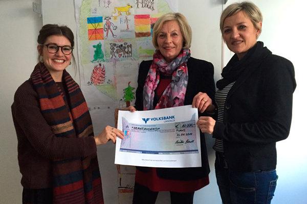 Christine Handl übergibt einen Scheck an den Kinderschutz