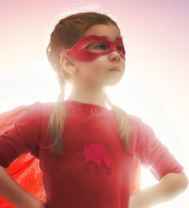 Mädchen in Superwoman-Pose