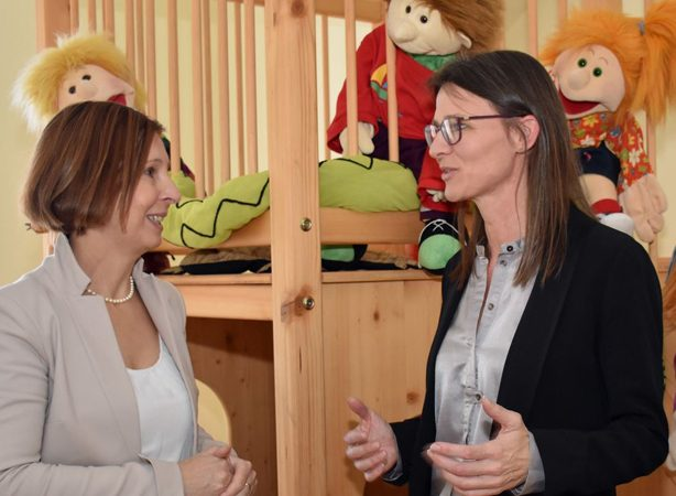 Petra Sansone (rechts im Bild) mit der zuständigen Landesrätin Gabriele Fischer (Grüne)