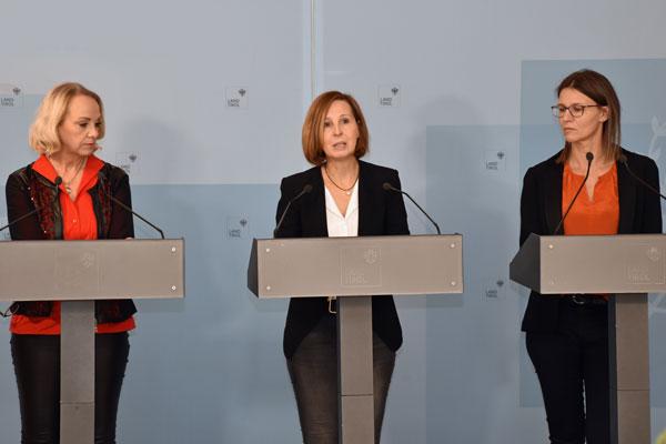 v.li. Tirols Kinder- und Jugendanwältin Elisabeth Harasser, LRin Gabriele Fischer und Petra Sansone © Land Tirol/Sidon