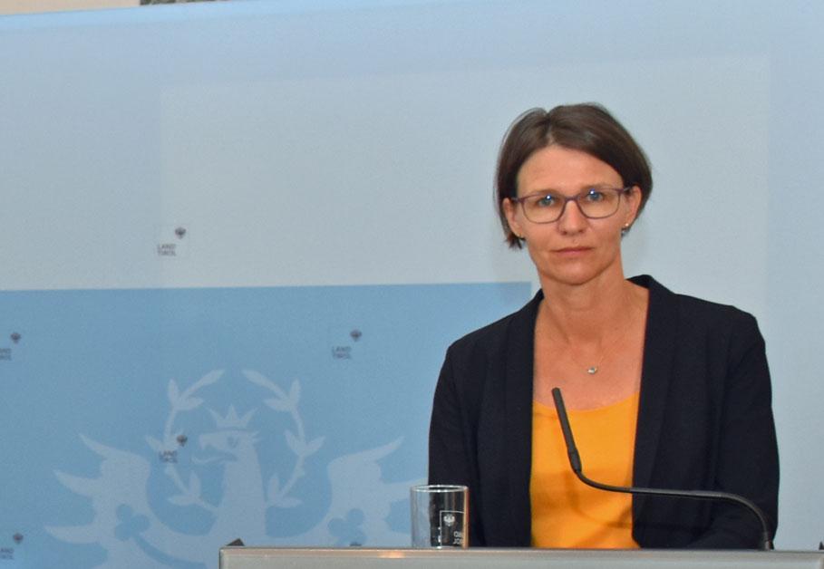 Foto von Dr Sansone bei Pressekonferenz