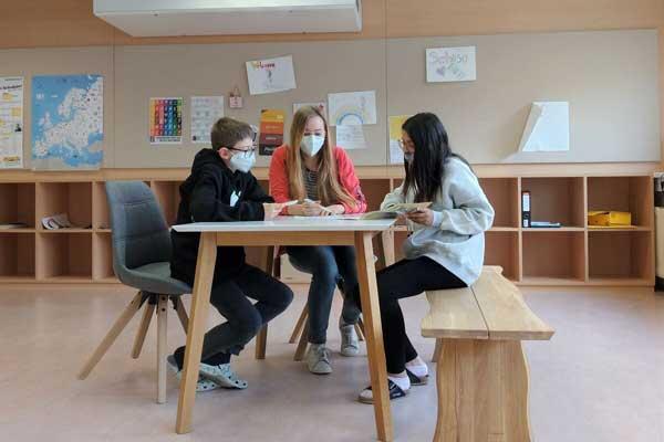 Sozialarbeiterin Vanessa Hammer am Arbeiten mit zwei SchülerInnen